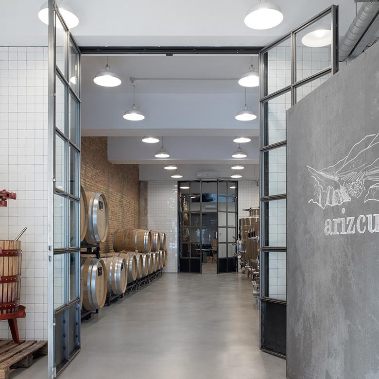 Entrada a la bodega de Arizcuren Vinos flanqueada por grandes puertas